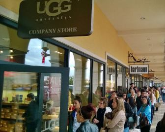 Line at UGG Factory Store (1)